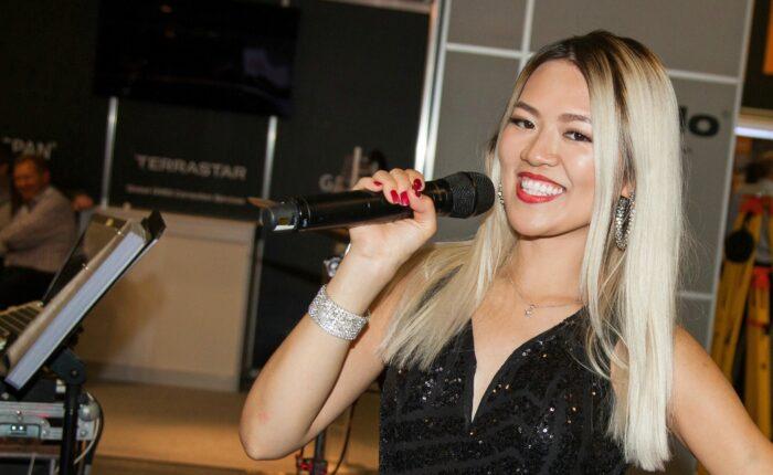 Sängerin Jolie Loi bei gruppenevent